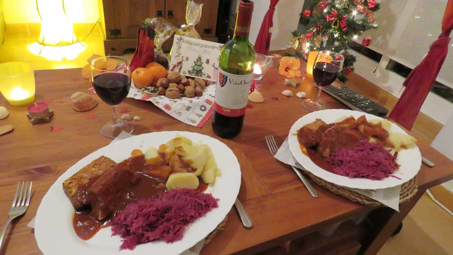 Unser Hauptgang: Bohnenbraten, Kartoffeln, Rotkohl mit Bratensauce