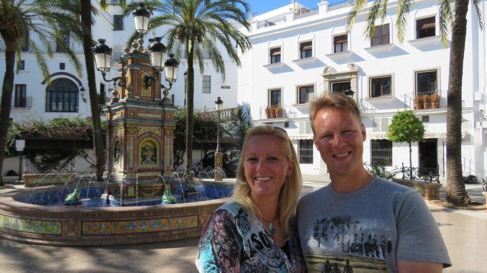 Auf dem Plaza de Espana in Vejer steht ein wunderschöner gekachelter Springbrunnen