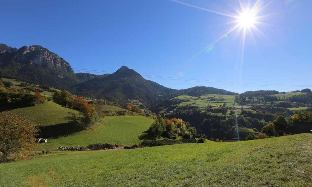 Das Besondere an Südtirol: der weite Blick, die saftig grünen Wiesen und die unglaublich frische Luft.